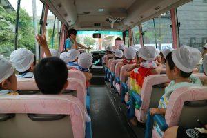 幼稚園バスで向かいます