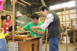 糸の紡ぎ方を教わりました
